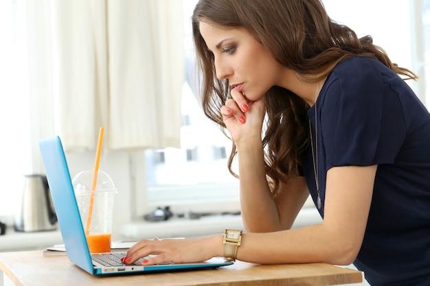 Lockiges mädchen mit laptop