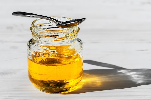 Löffel auf ein offenes glas honig