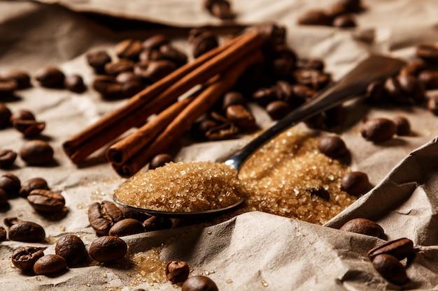 Löffel mit braunem zucker und kaffeebohnen