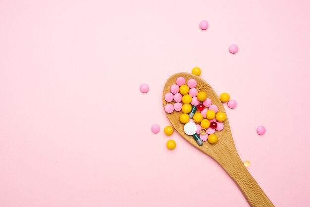 Löffel mit bunten pillen draufsicht medizin gesundheitswesen. foto in hoher qualität