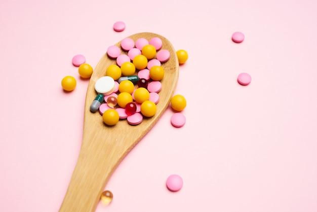 Löffel mit bunten pillen draufsicht medizin gesundheitswesen