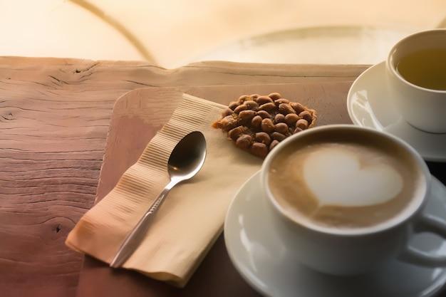 Löffel mit kaffee. kaffeetasse auf dem tisch im café.