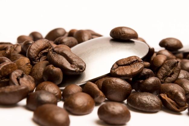 Löffel mit kaffeebohnen