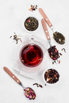 Löffel mit kräutern und tasse mit tee