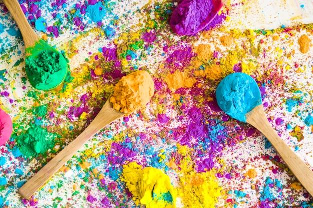 Löffel mit verschiedenen hellen trockenfarben