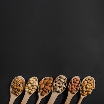 Löffel mit verschiedenen nüssen