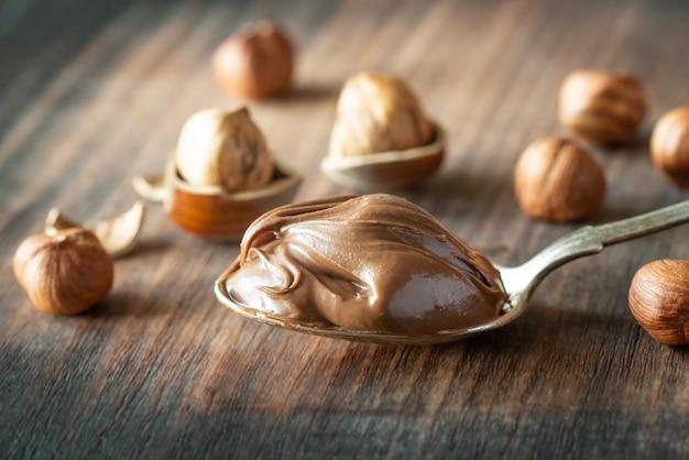 Löffel schokoladenpaste mit haselnüssen