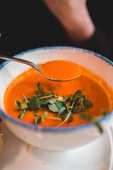 Löffel suppe über schüssel suppe