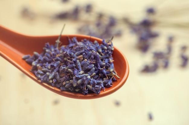Löffel trockener lavendel