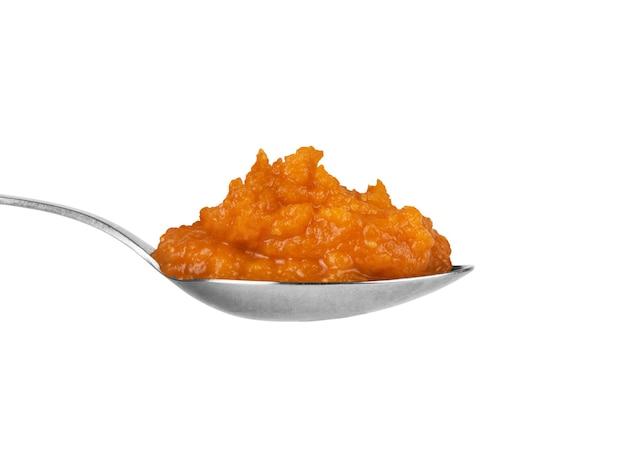 Löffelkürbiskaviar auf weißem hintergrund