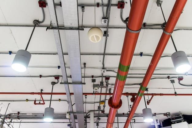 Löschwasser der roten rohrleitung im industriegebäude