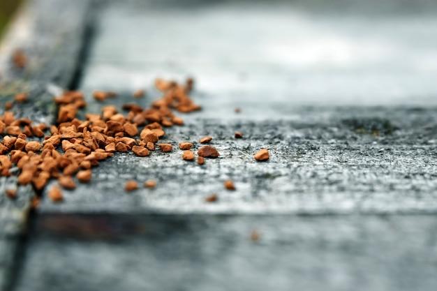Löslicher kaffee wird auf ein graues holz gestreut. nahansicht. copyspace.