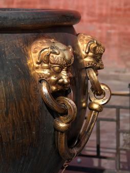 Löwegriff auf einer bronzeurne in der verbotenen stadt, peking, china