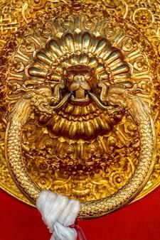 Löwenförmiger türgriff im buddhistischen tempel