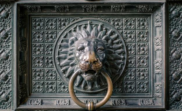 Löwenförmiger türknauf von einer alten domtür