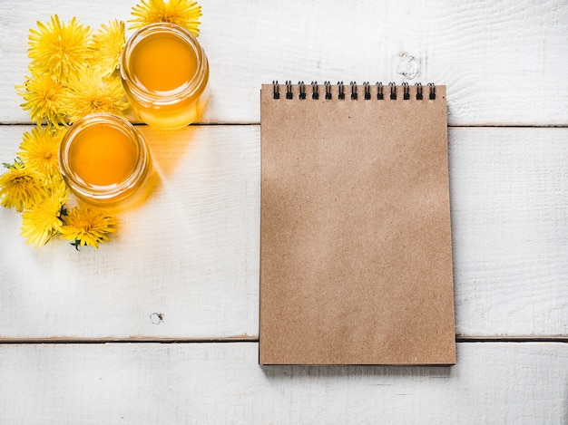 Löwenzahn und notizbuch mit einer leeren seite