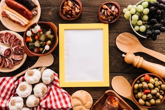 Löffel und Serviette nahe Lebensmittel und Rahmen