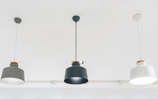 Loft-pendelleuchte, hängende lampe auf weißem hintergrund. elemente des inneren