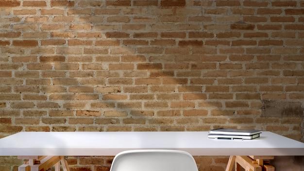 Loft-schreibtischarbeitsplatz mit modellbüchern, arbeitsbereich und kopienraum.