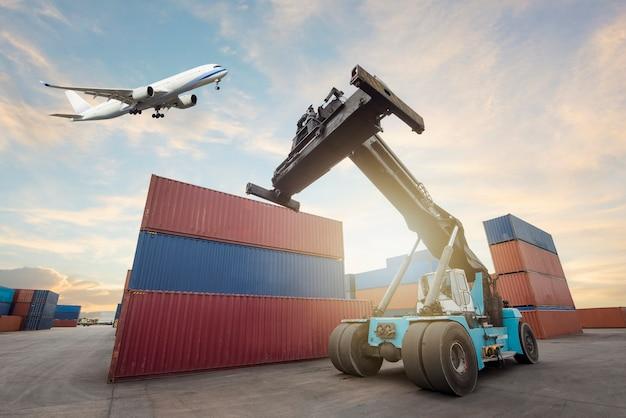 Logistik-import-export-hintergrund und transportindustrie von gabelstaplern beim beladen von containern