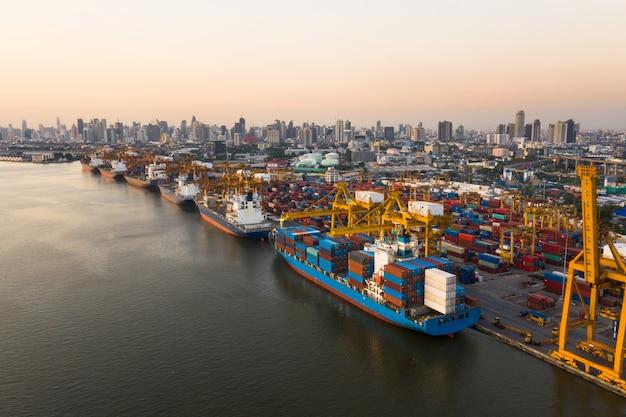 Logistik und transport von containerfrachtschiffen und frachtflugzeugen
