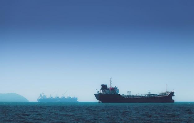Logistik und transport von international container cargo schiff im ozean