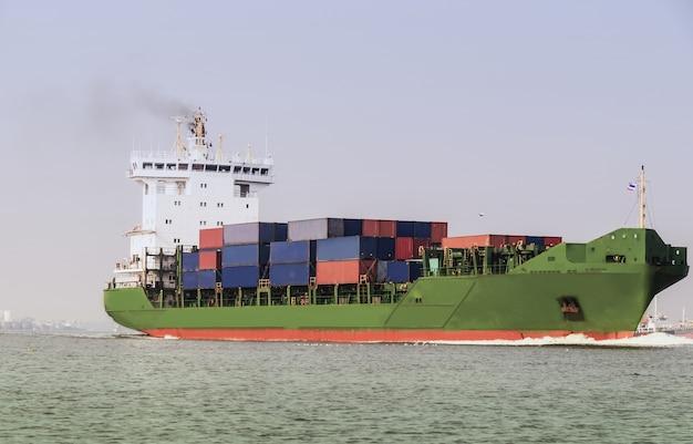 Logistik- und transportbehälter frachtschiff mit schlepper im ozean