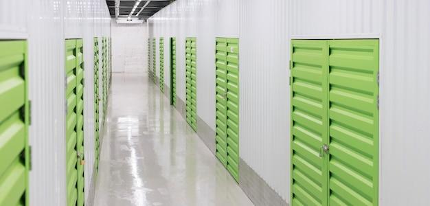 Logistikzentrum mit grünen lagereinheiten