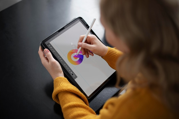 Logodesignerin arbeitet an einem grafiktablett
