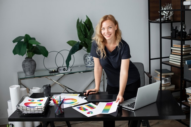 Logodesignerin, die in ihrem büro auf einem grafiktablett arbeitet