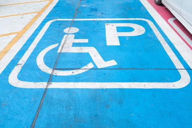 Logos für behinderte auf dem parkplatz. behindertenparkplatz zeichen
