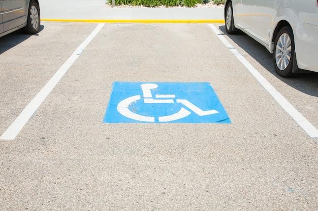 Logos für behinderte auf dem parkplatz. handicap parkplatz zeichen in boston stadt.