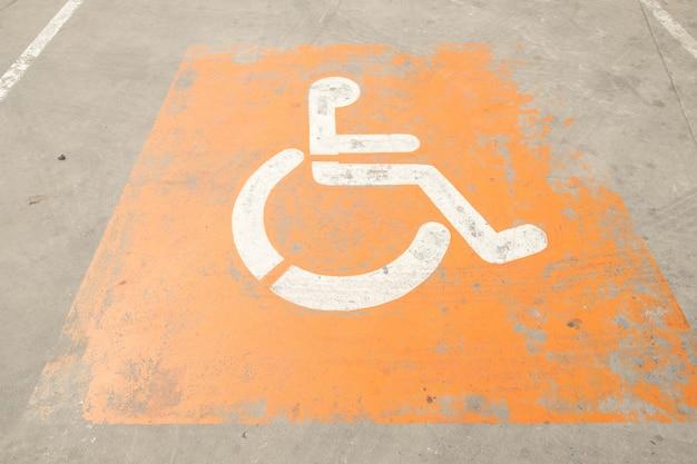 Logos für behinderte auf dem parkplatz