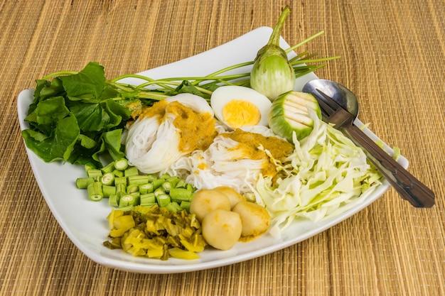 Lokale reisnudeln und currysauce mit gemüse (kanom jeen nam ya)