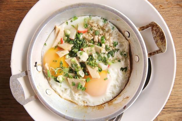 Lokale thailändische eierpfanne für morgendliches essen