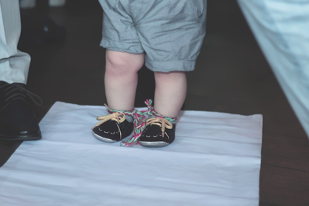 Lokale tradition von tusau kesu, die eine zeremonie symbolisiert, die die ersten schritte eines kindes begleitet