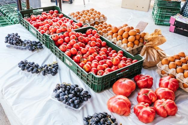 Lokaler flohmarktstand mit trauben, tomaten und eiern zum verkauf