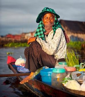 Lokaler kambodschanischer verkäufer am sich hin- und herbewegenden dorf