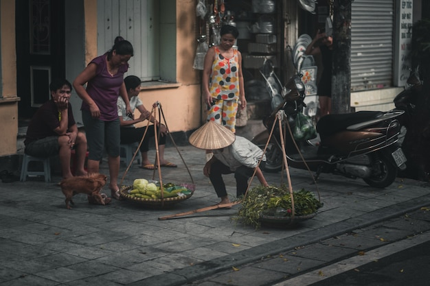 Lokaler straßenhändler, der gemüse in hanoi vietnam verkauft