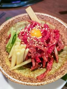 Lokales rindfleischgericht nach okinawa-art in naha, japan