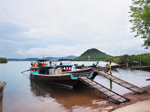 Lokales schiff, das auf seewartepassagier schwimmt