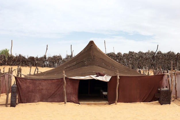 Lokales zelt in der afrikanischen wüste