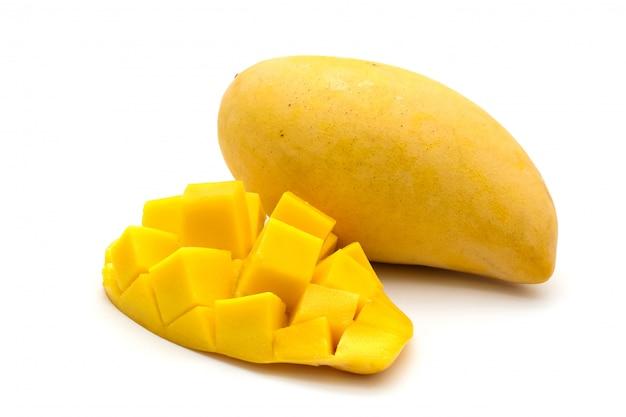 Lokalisiert von schnitzen sie schöne gelbe mango auf weiß