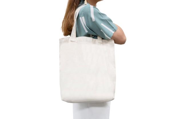 Lokalisierte frau trug weiße segeltuch-einkaufstasche