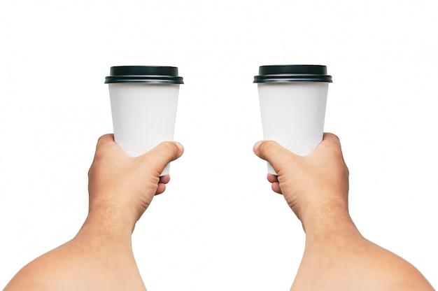 Lokalisierte mitnehmertasse für kaffee, tee in den händen eines kerls mit einer schwarzen kappe