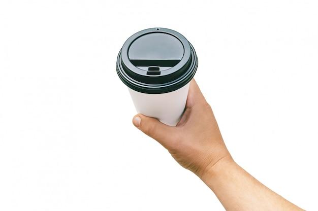 Lokalisierte mitnehmertasse, für kaffee, tee in der hand eines kerls mit einer schwarzen kappe