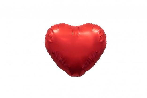 Lokalisierter roter metallischer herzballon auf weißem hintergrund