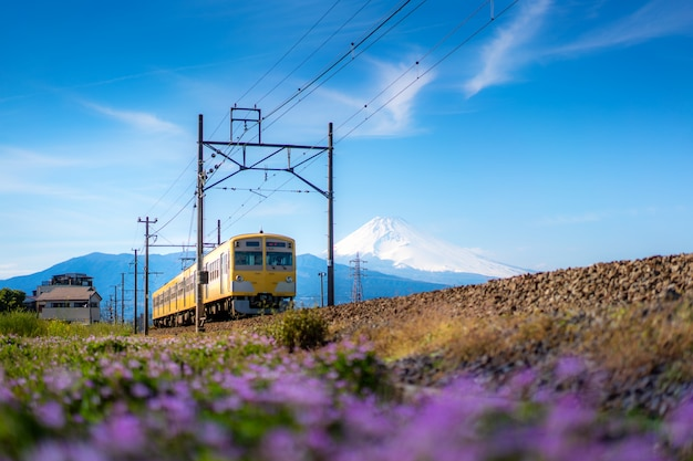 Lokalzug der jr izuhakone tetsudo-sunzu linie und des berges. fuji in mishima, shizuoka, japan