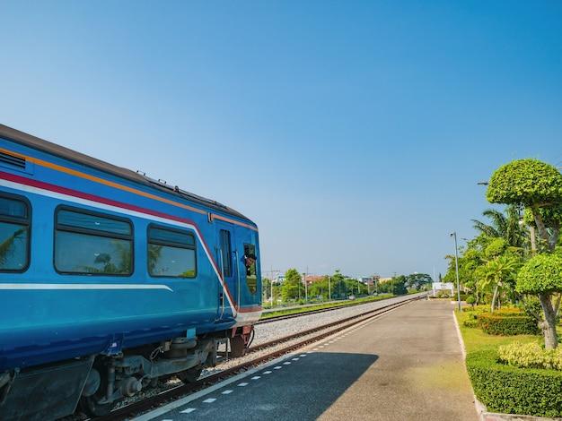 Lokführer auf retro-lokomotive auf der bahn