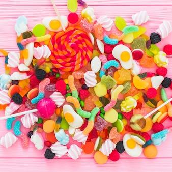 Lollipops auf haufen süßigkeiten